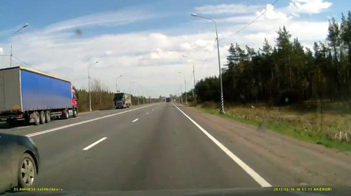 Водитель многотонной фуры заснул за рулем (видео)