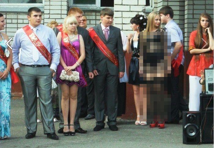 В мое время, таких платьев на выпускной не было (3 фото)
