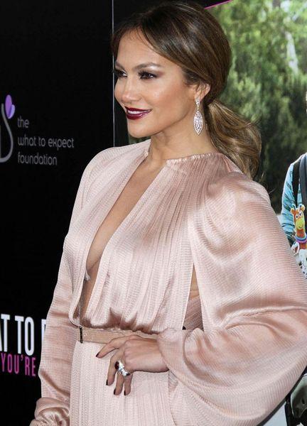 Дженнифер Лопес в платье которое слегка прикрывает грудь (9 Фото)