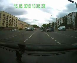 Водитель жигулей развернулся перед мотоциклистом
