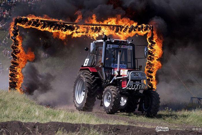 Гонки для настоящих трактористов (14 фото)