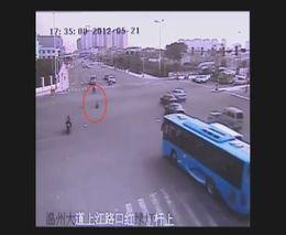 Ребенок на велосипеде через перекресток
