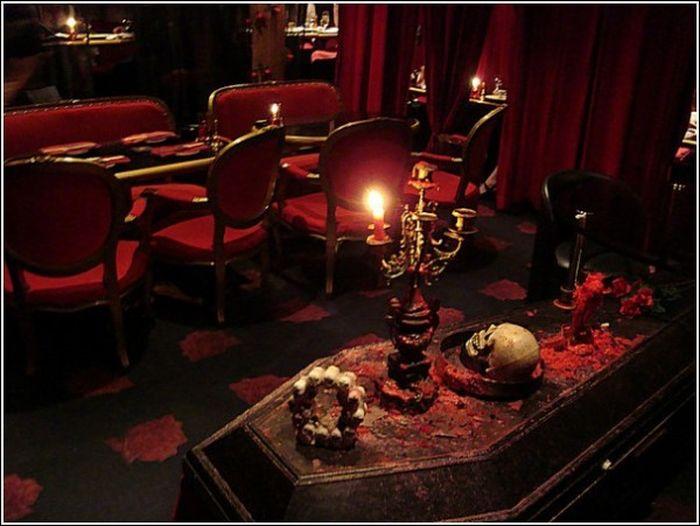 Есть ли вампиры в Японии? Необычное кафе в Токио (6 фото)