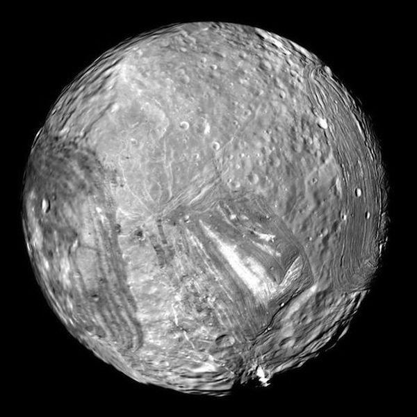 10 странных спутников Солнечной системы (12 фото)