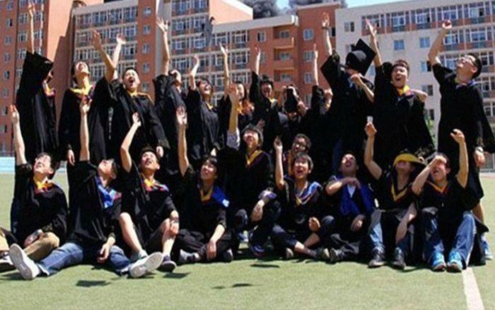 Китайские студенты отметили окончание университета в клубах дыма (5 фото)