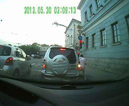 Пешеход разбил стекло