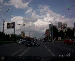 Придурок на BMW подрезал мотоцикл