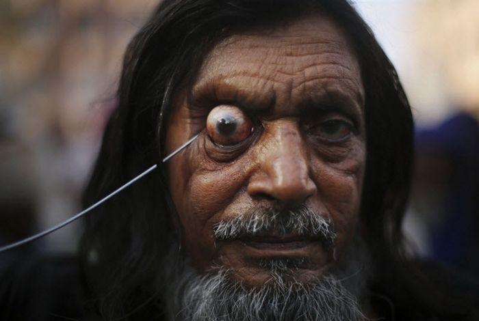 Шокирующая Азия: экстремальный обычай индийских суфиев (9 фото)
