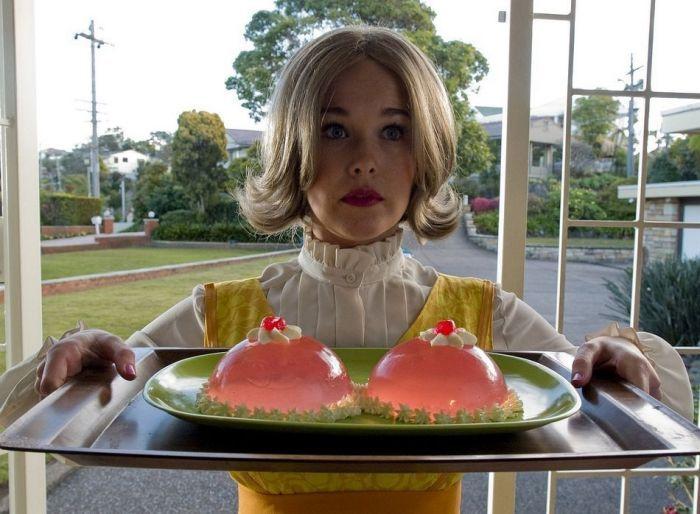 Пикантный фотоприкол девушка, десерт, желе, поднос