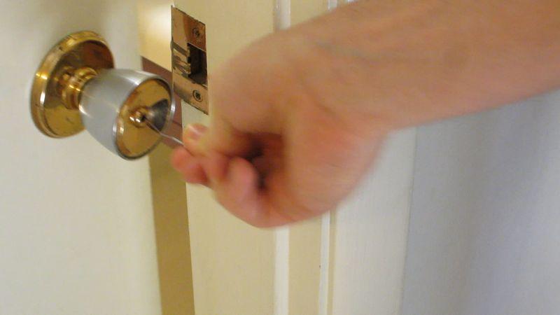 Как открыть замок межкомнатной двери без ключа с круглой ручкой