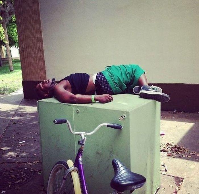 Новый фотоприкол велосипед, спит, темнокожий