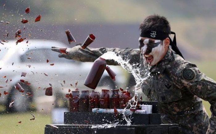 Пикантный фотоприкол азиат, бутылки, солдат, удар