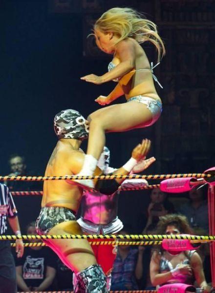 Фотожесть девушка, на плечи, прыжок, рестлинг