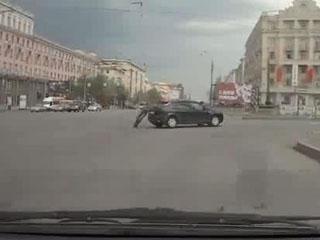 Парень остановил катившуюся машину