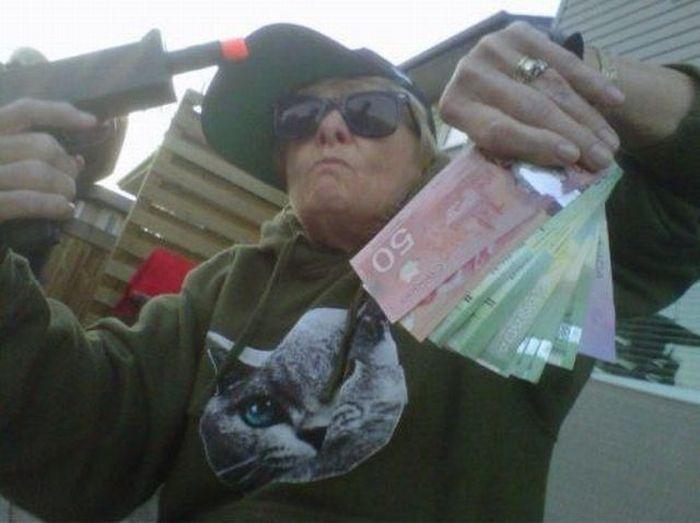Зачетное фото деньги, пистолет, прикол, старушка