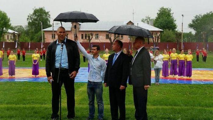 Новый фотоприкол валуев, дождь, знаменитость, зонт