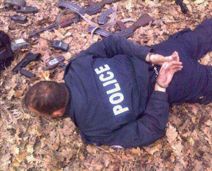 Фото наручники, оружие, полицейский