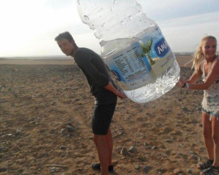Прикольные фото огромная бутылка, прикол, пустыня