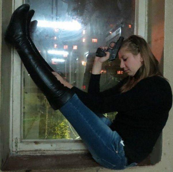 Яркие фото девушка, оружие, подъезд, прикол