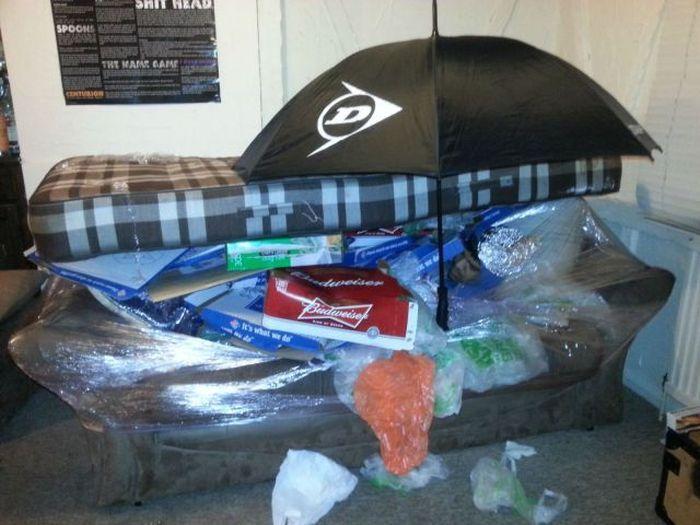 Смешной фотоприкол диван, зонт, прикол, спящий