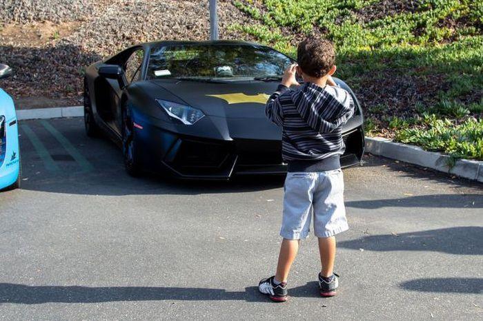 Фотоприкол крутая машина, ламборджини, ребенок, фотографирует
