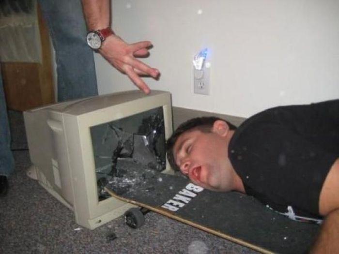 Юмор монитор, разбили, скейтборд, стекло