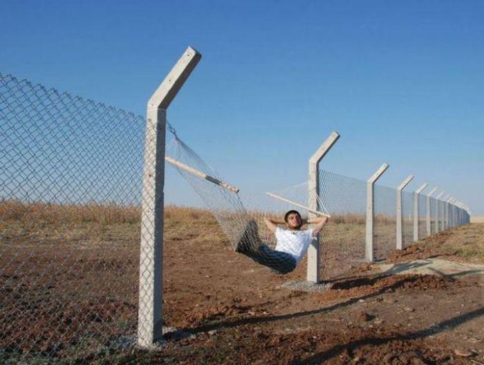 Смешная фотогалерея гамак, забор, отдыхает, прикол