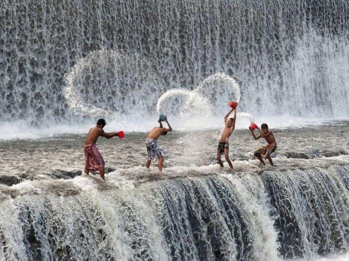 Бесплатно фото брызги, водопад, дети, обливаются