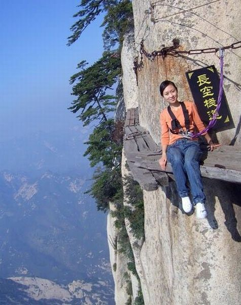 Фото прикол азиатка, высота, девушка, скала