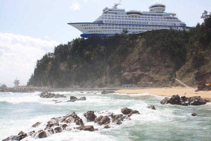 корабль, отель, скала