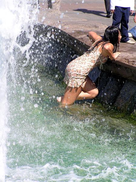 пьяная деваха в фонтане