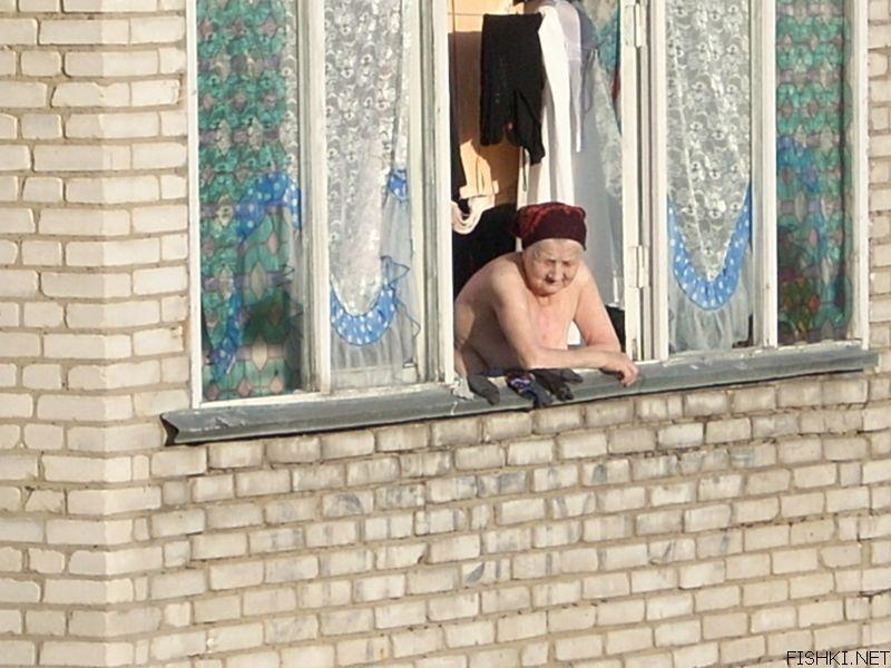слушания делу подглядываем за старой женщиной в ее доме лежит боку