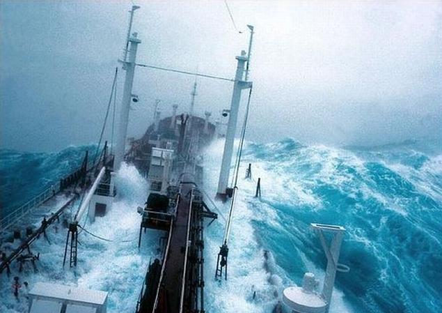 Корабли в шторм (60 фото)