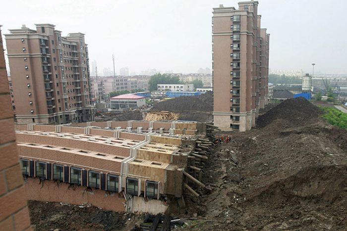 В Шанхае рухнул 13-этажный дом (6 фото)