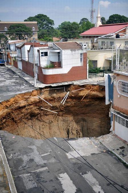 Гигантская дыра в Гватемале поглотила несколько зданий (11 фото + видео)