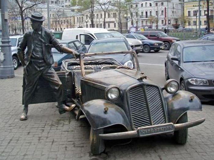 Памятники артистам и их ролям (24 фото)