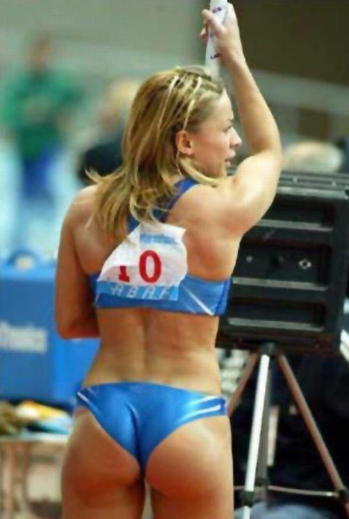 foto-krasivih-sportsmenok-s-zhopi-blondinka-s-puhlimi-shechkami-kudryavaya