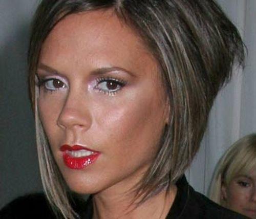 Виктория Бекхэм умудрилась дважды допустить одну ошибку. Обычно она делает акцент в макияже на глазах, пользуясь темными тенями, подводкой, искусственными ресницами. А для губ использует блеск или помаду натурального оттенка. Пару раз она изменила привычному образу — перенесла акцент на губы. В результате выглядела лет на двадцать старше: этакая строгая пожилая леди с тонкими поджатыми губами. Особенно был неудачным ее выход в таком образе на красную ковровую дорожку Нью-Йоркского музея The Metropolitan Museum of Art во время традиционного приема Costume Institute Gala этим летом. Фотографии именно с этой вечеринки редакторы модных журналов изучают с особым пристрастием.