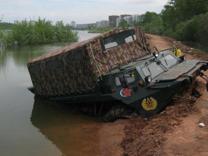 В реке Енисей утопили бронетранспортер!!! (4 фото)