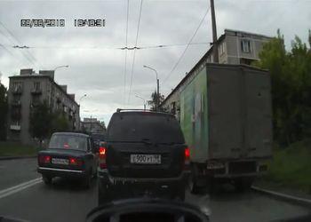 Нежность на дорогах. (внимание на лючок бензобака ВАЗа)