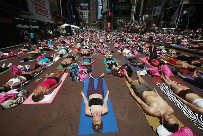 Йога на Таймс-сквер (13 фото)
