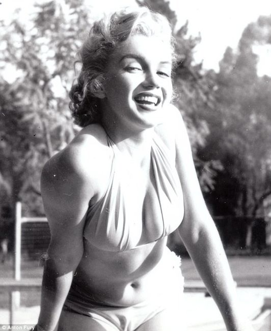 Мэрилин Монро в бикини у бассейна: неизвестные снимки (7 фото)
