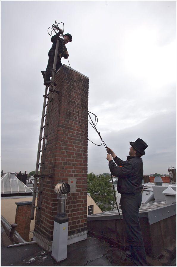Без носков, зато в цилиндре. Будни гамбургских трубочистов. (20 фото)