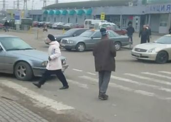 Неадекватный дед стоит на пешеходном переходе