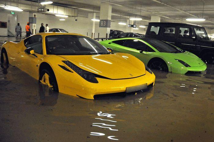 В гараже Сингапура утонули десятки суперкаров (8 фото)