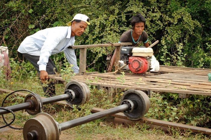 Бамбуковый поезд в Камбодже (16 фото)