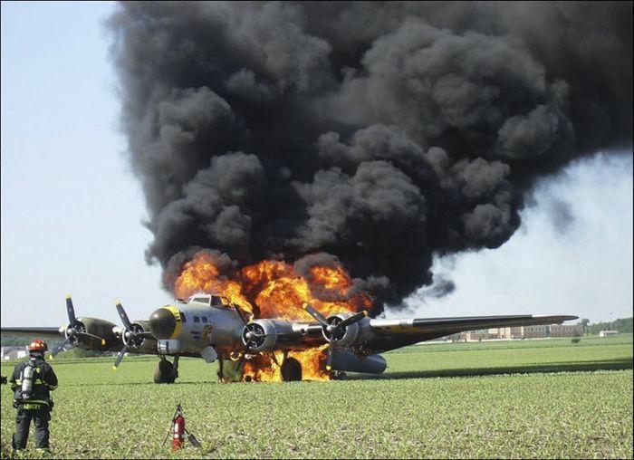 Сгорел  легендарный бомбардировщик (7 фото)