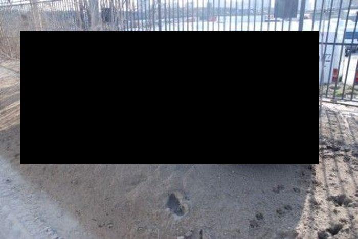 Оставленные возле стройки машины (8 фото)