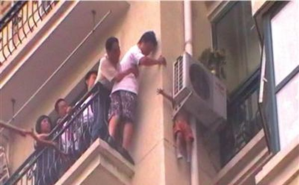 Маленький мальчик выжил после падения с 8 этажа (4 фото)