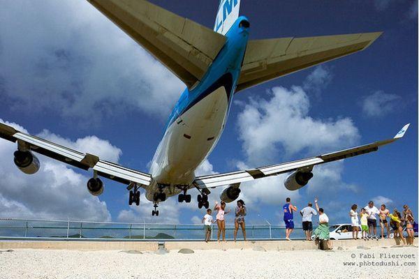 Опасный аэропорт на курорте Сен-Мартин (4 фото)
